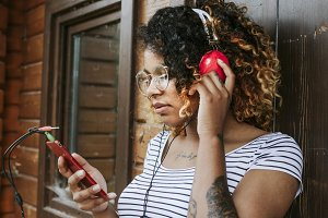girl listening to music with the smartphone