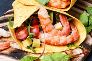 Salad with shrimp,tomatoes and arugu