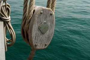 Pulley and hoist of a schooner