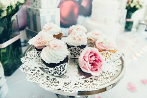 Cupcakes on plate buffet table