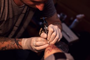 Tattoer using tattoo machine