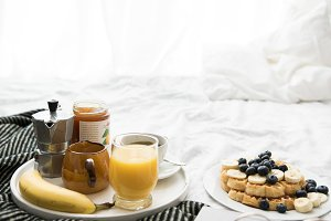 Breakfast in cozy bed X