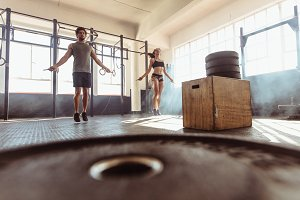 Fit couple jumping ropes