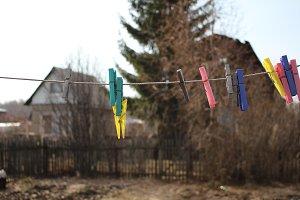 Цветные прищепки в на веревке
