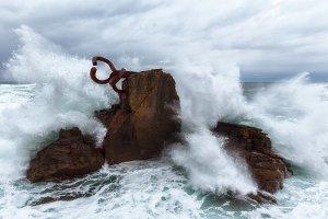 Wave splashing against El peine del