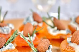 Sun-dried apricots with gorgonzola