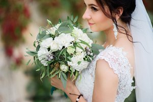 Bride with stunning pastel bouquet