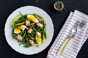 Warm salad with cooked green beans, tuna and boiled eggs