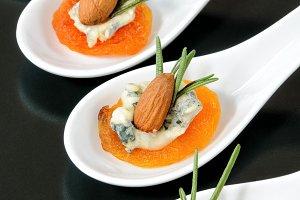 Sun-dried apricots with gorgonzola