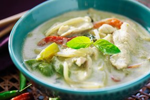 thai green curry in bowl