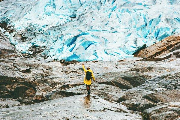 Woman hiking at Nigardsbreen glacie…