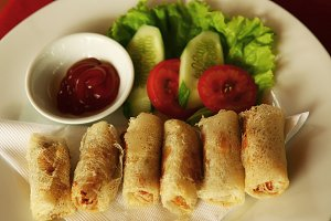 spring roll roasted with cucumber and tomato salad and sauce