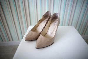 Bride's shoes on wedding day beige g