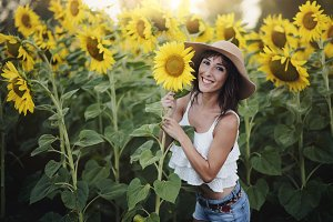 girl in the field of sunflowers outd