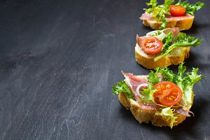 Crostini with ham, salad and tomato