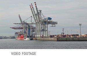 Unloading of the cargo ship
