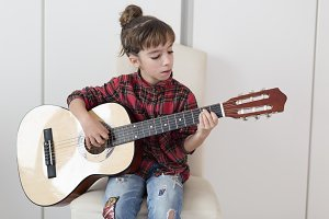 10 year old girl playing the Spanish