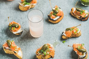 Crostini with smoked salmon and grapefruit cocktails in glasses