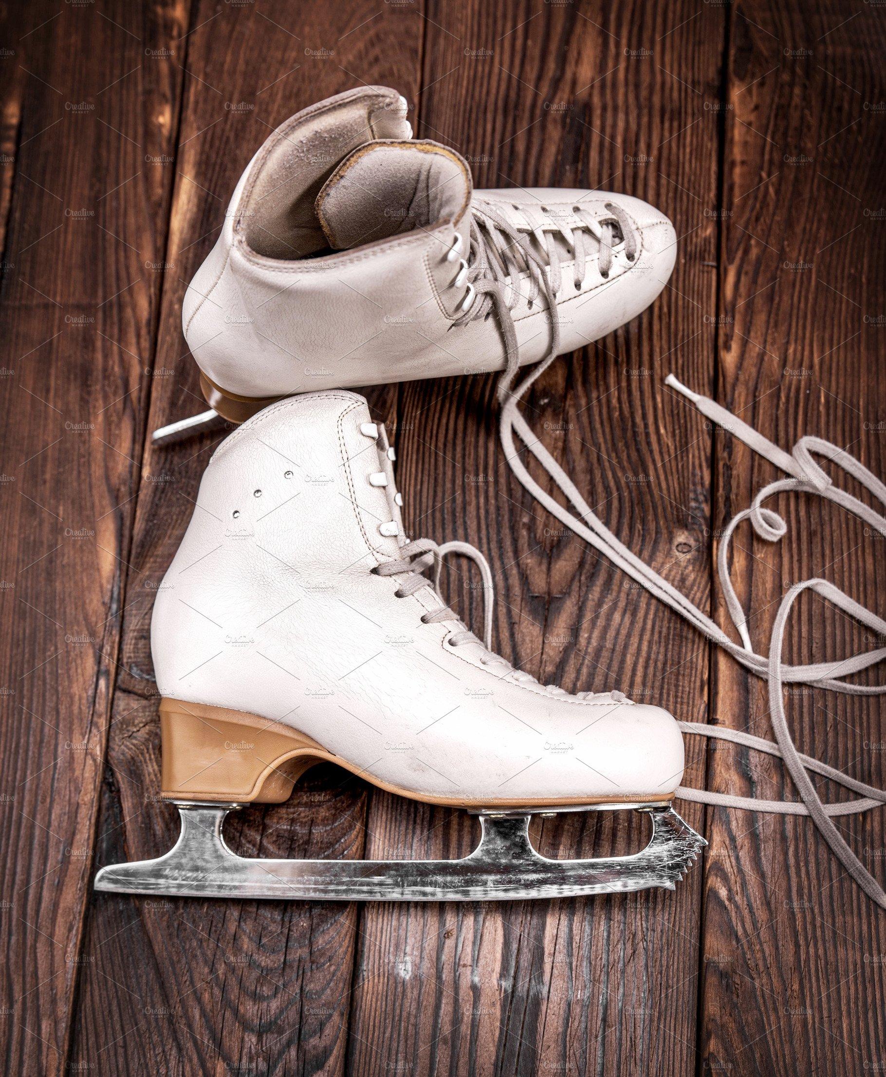 60158a547295b pair of white leather female skates