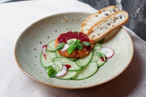 Salmon tartar with cucumbers