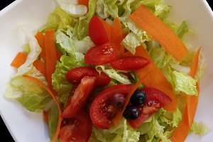 Salad of lettuce and tomato