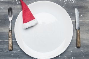 white plate with a Christmas hat
