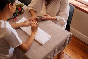 Beautician filing female clients nai