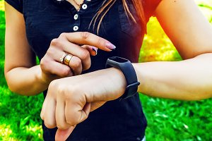 tracker on the hand. pedometer in the form of a bracelet. gadget.