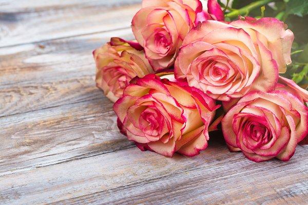 Beautiful roses on wooden backgroun…
