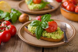 Avocado spread bread with baked tomato