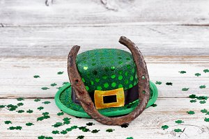 Lucky Horseshoe with hat and clovers