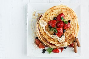 pancakes with raspberries strawberr