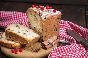 bread cake with raisins