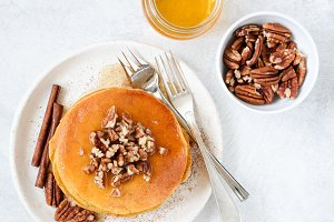 Pancakes with honey and pecan nuts