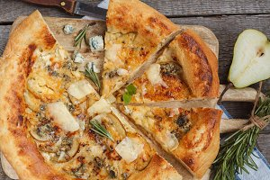 pizza with pear and blue cheese