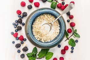 Oat flakes with milk and berries