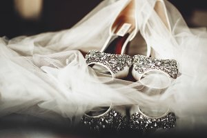 Veil covers bride's shoes