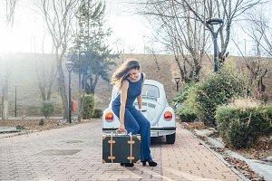 mujer atractiva y maleta