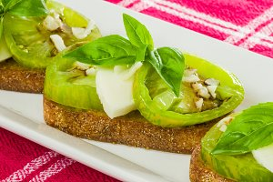 Green tomato bruschetta