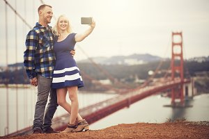 couple selfies at golden gate bridge