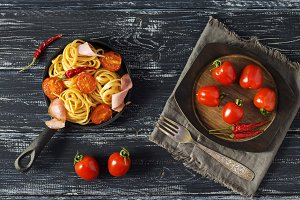 Spaghetti nest with ham and tomatoes