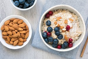 Oatmeal porridge with berry and nuts