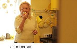 Senior woman eating apple