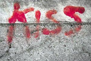 Word KISS on wall
