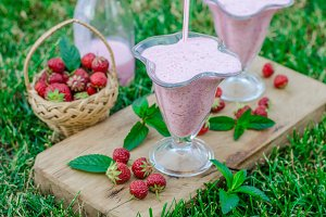 Strawberrie smoothie outside summer