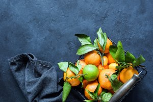 Tangerines or clementines with green