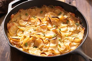scalloped potatoes in iron skillet