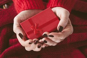 hands holding gift box