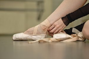 The ballerina tie the pointes
