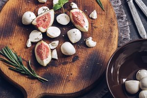 Figs of figs and mozzarella cheese